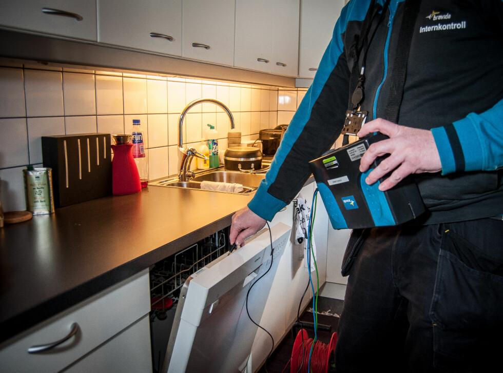 Her sjekker elkontrolløren om oppvaskmaskinen er jordet. For at den skal være det må den være tilkoblet en jordet stikkontakt. Foto: Gaute Beckett Holmslet