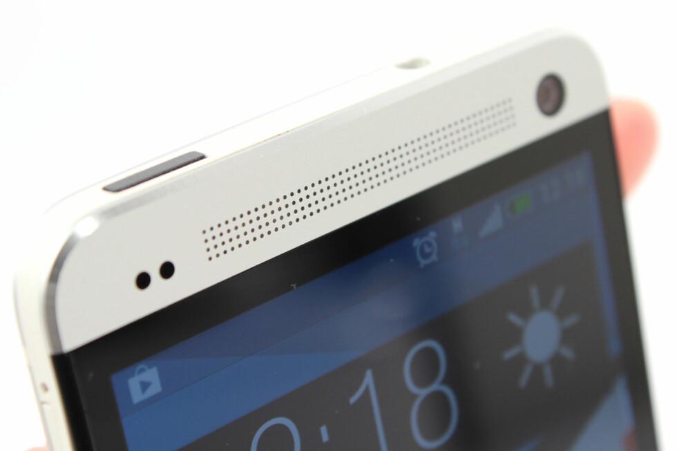 OPPTATT AV LYD: HTC One (M7) er svært pen å se på, og har svært god lyd i høyttalerne til mobiltelefon å være. Foto: Ole Petter Baugerød Stokke