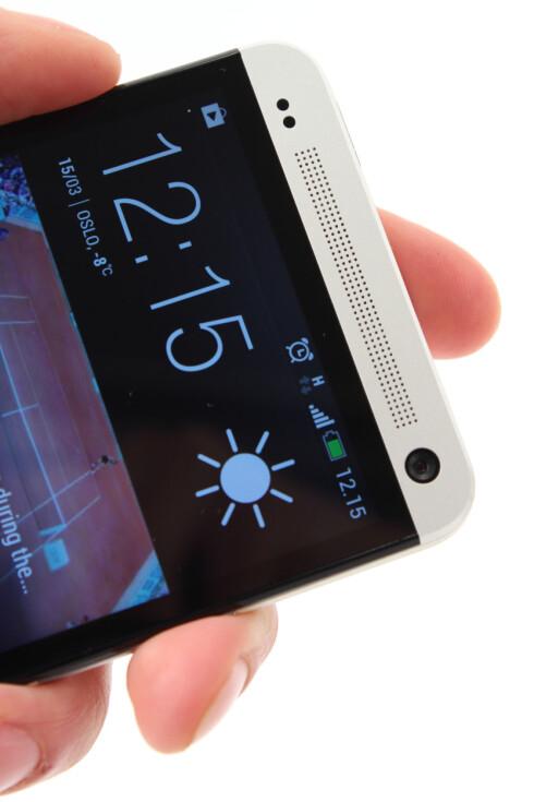 MYE LYD: HTC One har to slike høyttalere i fronten, som gir deg mer enn nok lyd. Også lyden fra hodetelefonene er svært god.  Foto: Ole Petter Baugerød Stokke