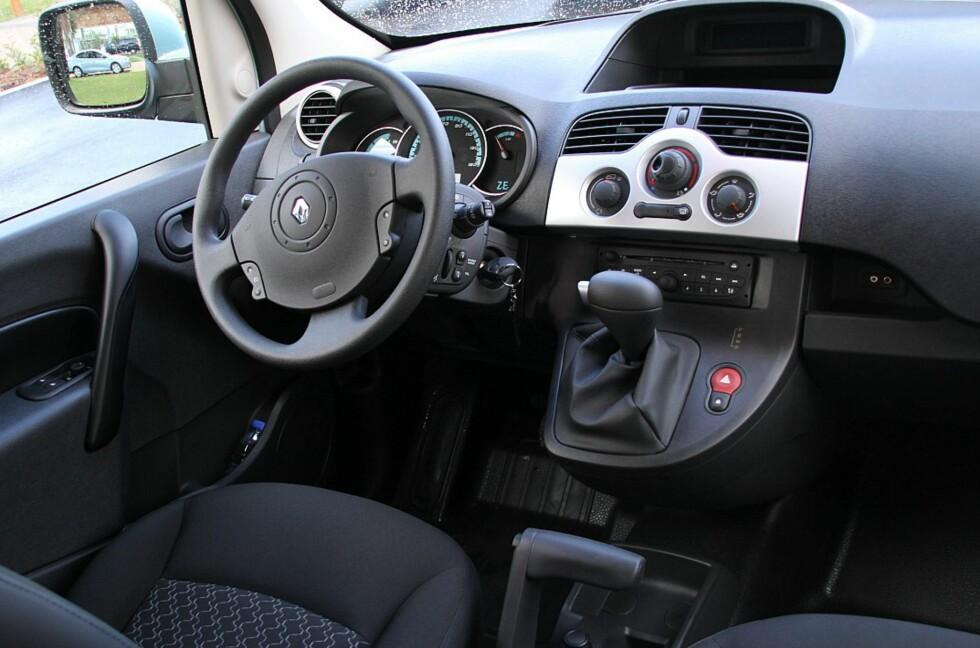 Førermiljøet i Renault Kangoo Z.E. er nylig oppgradert - det er oversiktlig og gir elbilføreren den vesentlige informasjon om gjenværende rekkevidde, ladestatus og lignende. Foto: Fred Magne Skillebæk
