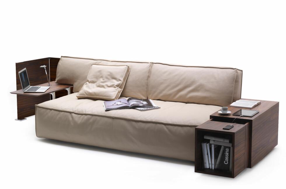 MyWorld av Philippe Starck for Cassina er ikke bare en sofa med tilhørende bord, det er et fullstendig sitte- og oppbevaringsmøbel - med ladestasjon. Foto: Cassina