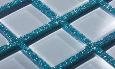 Glittereffekten kommer ekstra godt frem om du kombinerer fugemassen med glassmosaikkfliser. Foto: Mapei