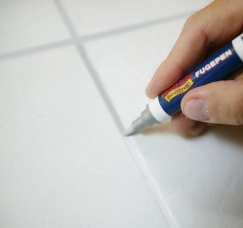 Med denne smarte pennen kan du rett og slett male over misfargete fuger. Foto: Produsenten/Ifi.no