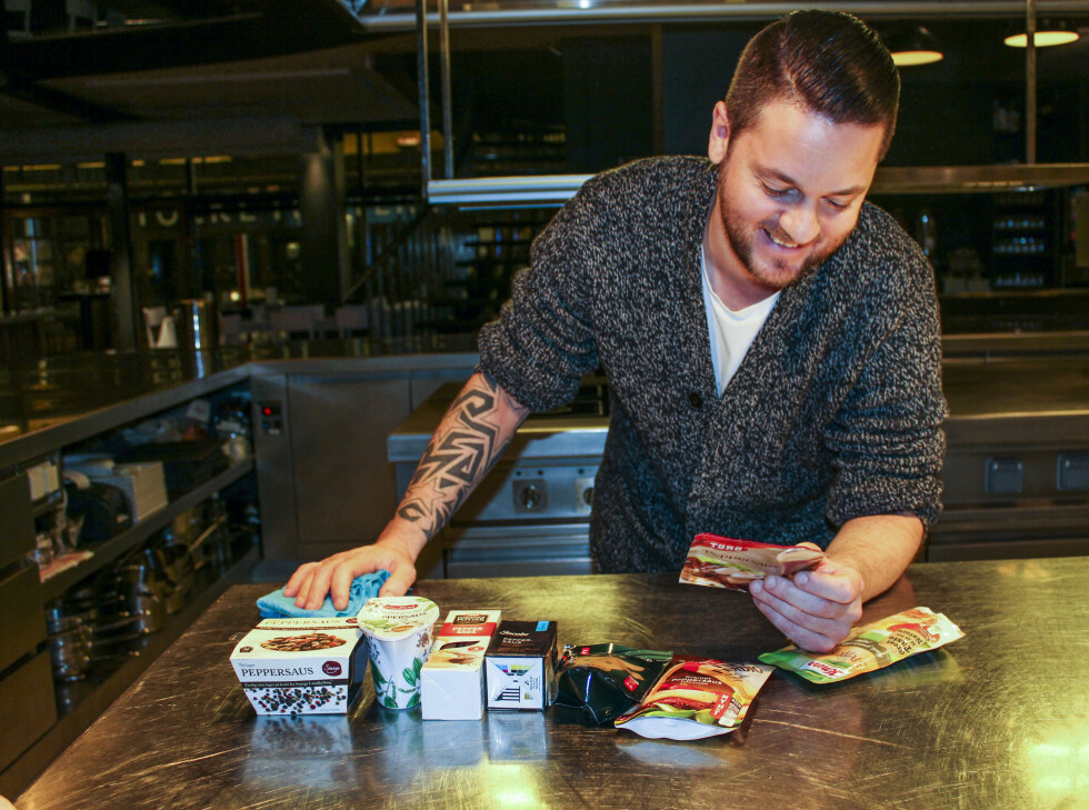 Kjøkkensjef Jan Dahdji studerer innholdet i de ferdige peppersausene. Foto: Elisabeth Dalseg