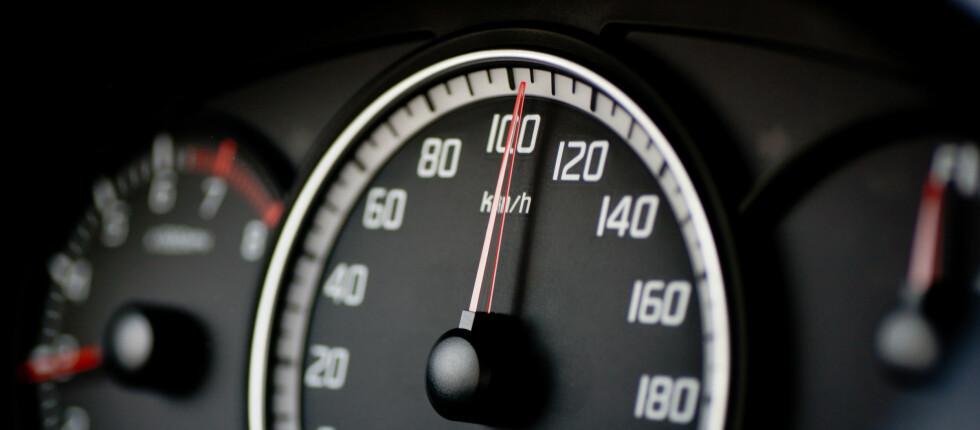 85 prosent kjører bevisst minst 10 prosent fortere ann fartsgrensen. Mange gambler på en feilvisning på speedometeret. Det er ikke lurt. Foto: COLOURBOX.COM