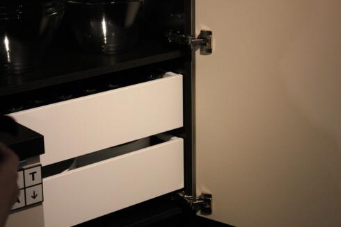 Penere treskuffer som skjuler innholdet i skapet - lik dem vi i dag kjenner fra garderobesystemet Pax.  Foto: Elisabeth Dalseg