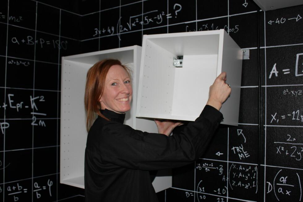 Ikeas nye kjøkkenmoduler hekter du lett av og på en list. Gitt at du er sterk nok (for eksempel er høyskapene til kjøleskap umenneskelig tunge) kan du henge dem opp - og bytte plass på dem, helt uten hjelp, viser Anki Blomqvist. Foto: ELISABETH DALSEG