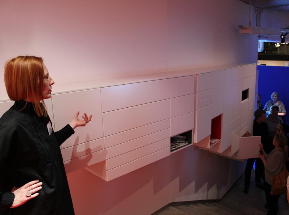 Her er overskapsmoduler i ulike varianter satt sammen til et veggskap. Det må ikke brukes på kjøkkenet, men kan for eksempel hjelpe deg å holde det ryddig på hjemmekontoret.  Foto: Elisabeth Dalseg