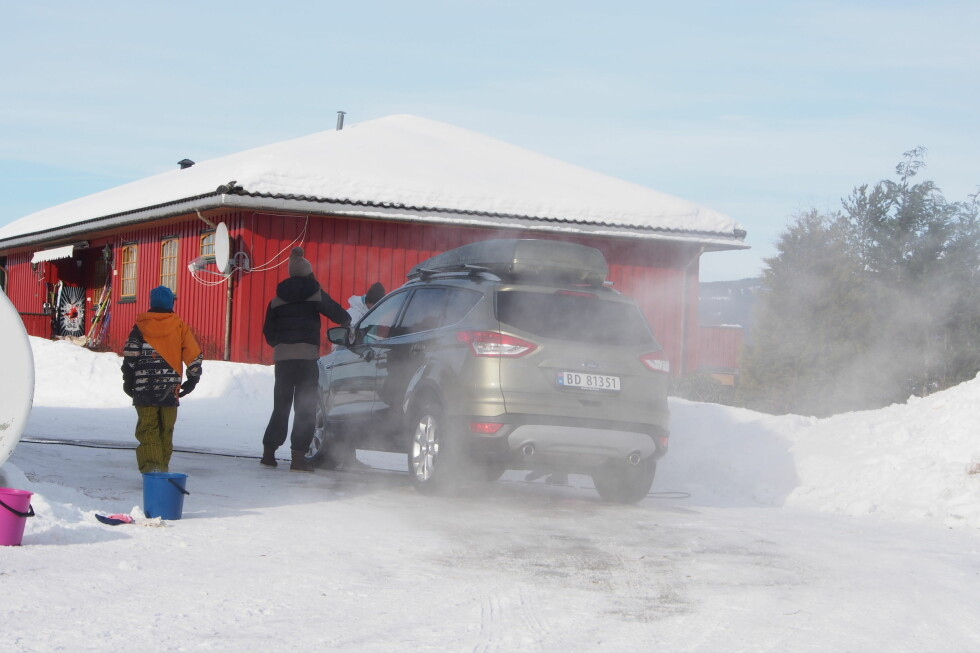 Ren bil skal man ha, selv om det er kuldegrader. Foto: Øyvind P