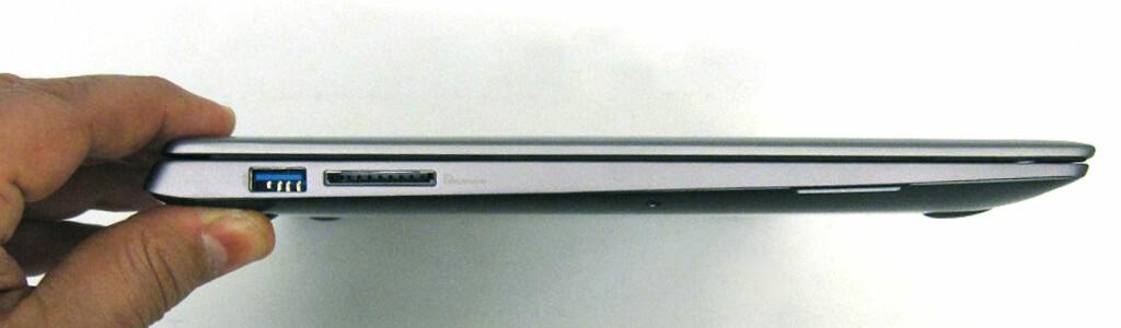 Tilkoblingene sitter på sidene. På venstre side: 1 x USB 3.0-port og kortleser.