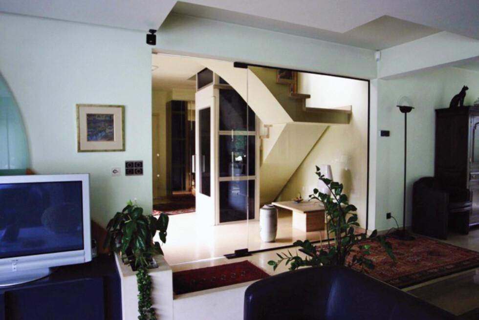 Har du en ekstra stor trapp, kan et alternativ være å gjøre den litt mindre og bygge rundt heissjakten. Foto: ThyssenKrupp Access