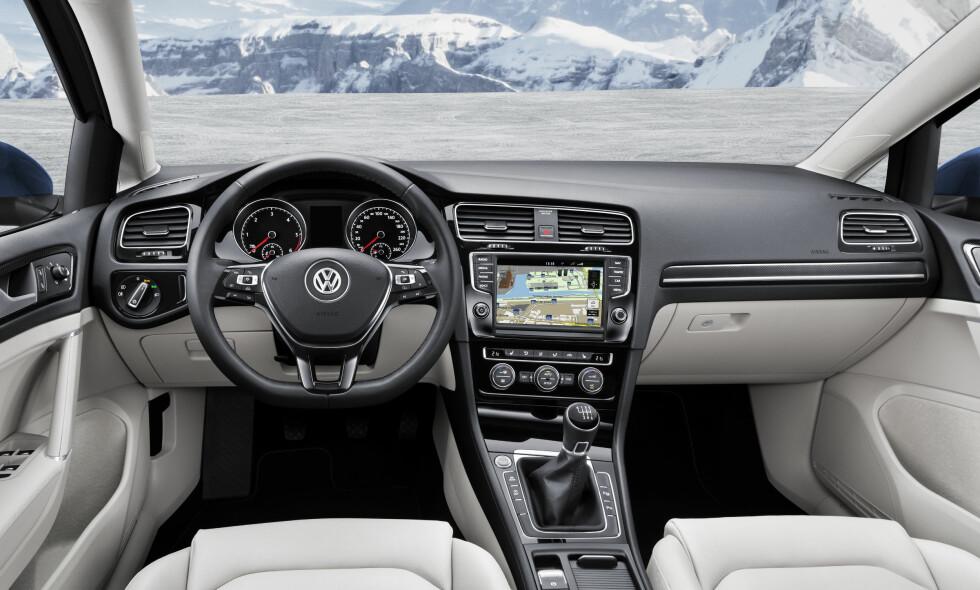 OVERRASKER IKKE: Det ypperlig gjennomarbeidede interiøret vi kjenner fra nyeste Golf er selvsagt å finne også i stasjonsvognen. Foto: VW