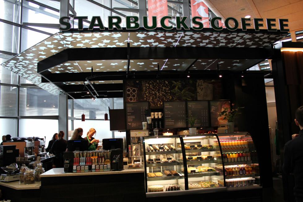 Jo Nesbø anbefaler gjerne Oslo-kaffen, men råder tilreisende å droppe Starbucks på Gardermoen. Foto: Silje Ulveseth