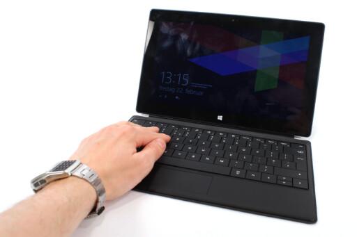 SOM EN PC: Surface RT med tastatur og nedslått flapp bak, gjør den til en slags PC.  Foto: Ole Petter Baugerød Stokke