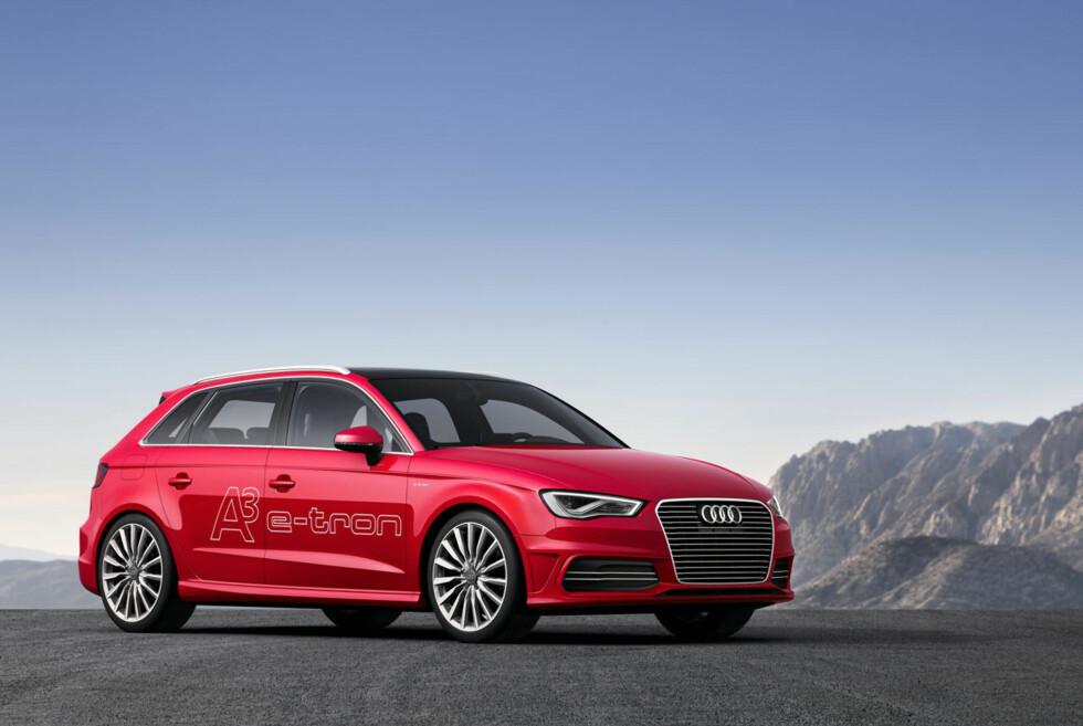 NÅ ER DET ALVOR: Audi A3 Sportback kommer nå i e-tron-versjon. Ikke nok med at den kan klare 222 kilometer i timen og 0-100 på bare 7,6 sekunder - den kan også ifølge produsenten klare seg med 0,15 liter per mil ved blandet kjøring. Foto: Audi