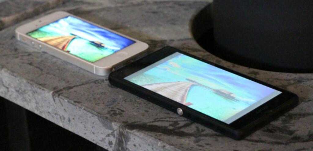 Innsynsvinkelen er svakere på Xperia Z enn på mange andre. Her side om side med iPhone 5.