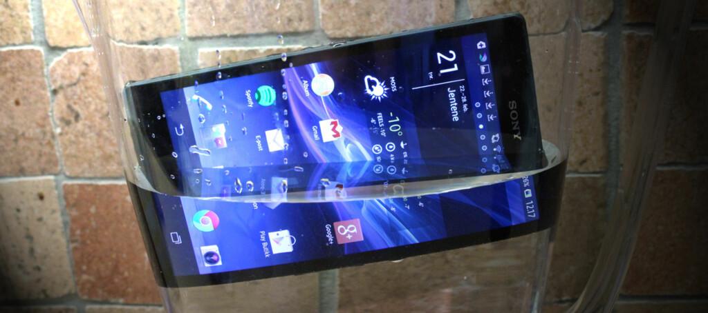 Xperia Z er Sonys nye toppmodell, som ikke bare har full HD-oppløsning, men også er vanntett. Foto: Pål Joakim Olsen