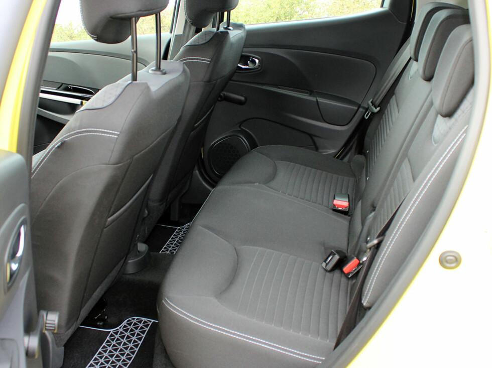 Baksetene i Clio rommer fint to voksne - til nød tre. Foto: Knut Moberg