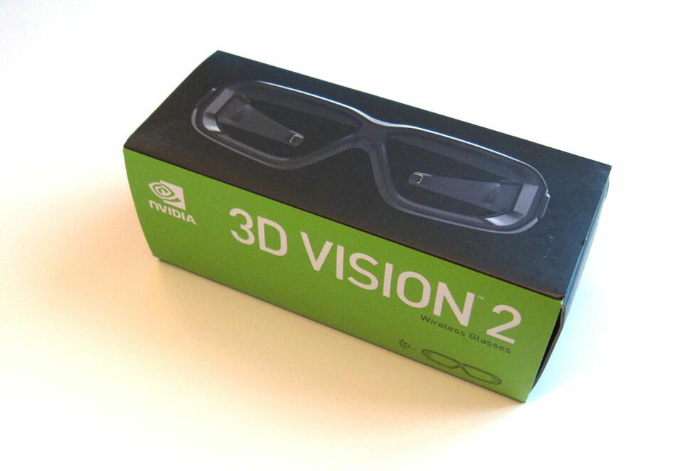 Aktive 3D-briller følger med, og gir bokstavelig talt nye dimensjoner til mange spill - og Blu-ray-filmer.