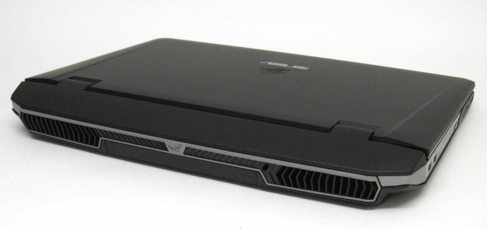 Viftene blåser varm luft ut på baksiden. For å være en så kraftig maskin er dette en meget stillegående PC.