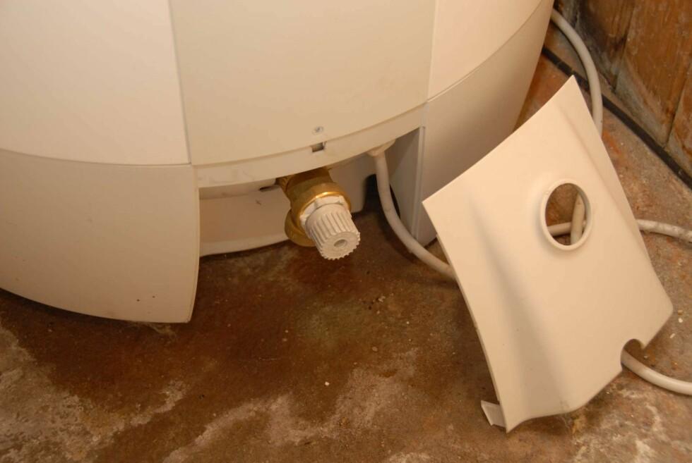 Litt lekkasje fra varmtvannstanken kan ødelegge gulvet. Over lang tid kan det føre til fukt og råteskader i konstruksjonen.  Foto: Brynjulf Blix