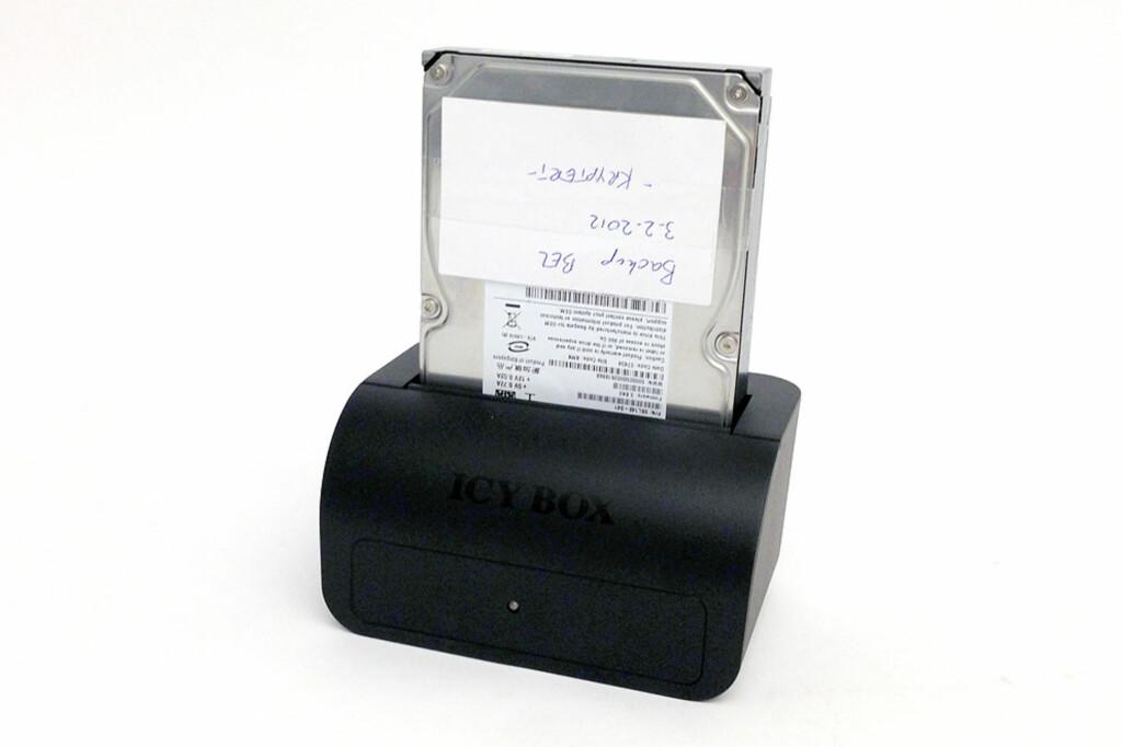 Denne enkle dokken gjør det superenkelt å overføre data fra den gamle harddisken til den nye. Foto: Bjørn Eirik Loftås