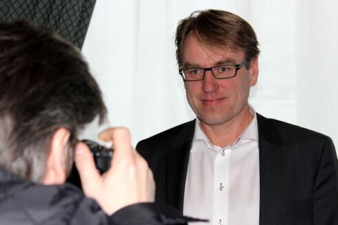 <strong>MÅ SKILLE SEG:</strong> Journalister går ikke rundt med kompaktkameraer og knipser bilder, og fotoråd-leser Bjørn Mangset i Elektronikkbransjen forteller at folk flest vil ha noe <i>skikkelig</i> bra om de først skal kjøpe et kamera. Foto: Ole Petter Baugerød Stokke