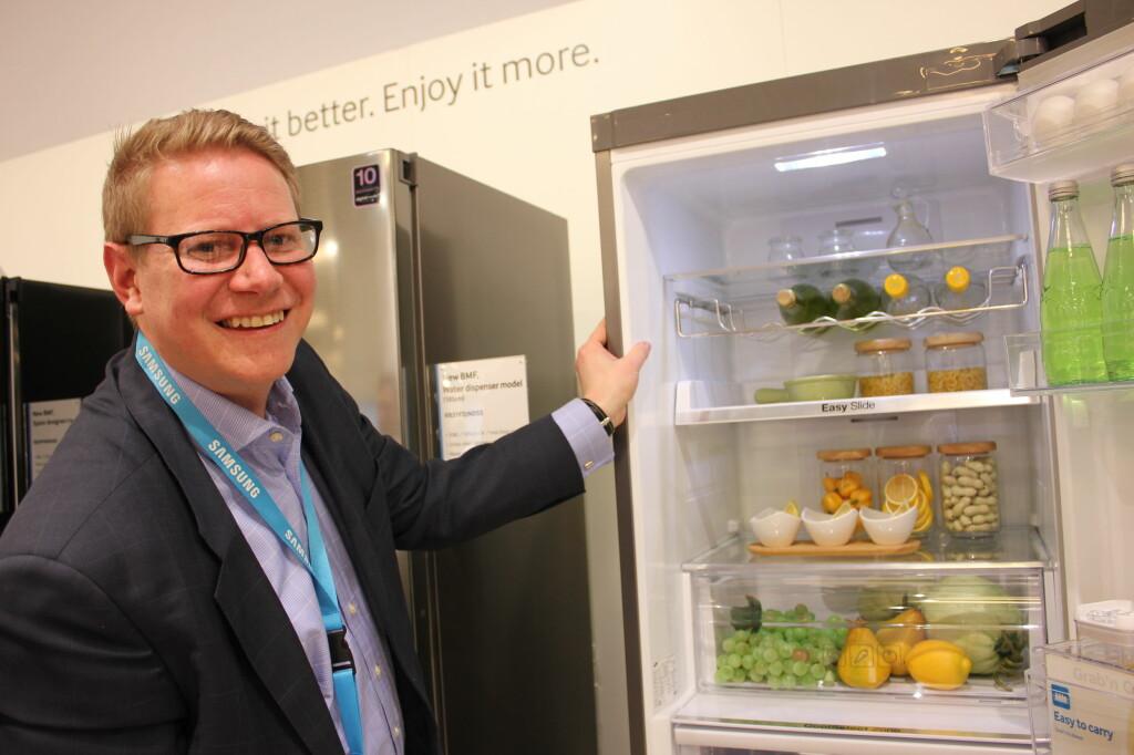 <b>Tynne vegger</b> Smart isolasjon og teknologi gir mer plass inni kjøleskapet, uten at selve skapet tar mer plass på kjøkkenet, viser Finn Kristoffer Larsen i Samsung. Foto: Elisabeth Dalseg
