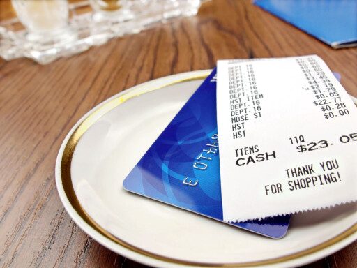 Vær på vakt når du bruker kortet utenlands, og spesielt i USA hvor kortsvindel er mer utbredt. Foto: Colourbox