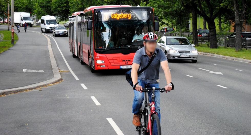 ALENE: Det er ikke mange som sykler i kollektivfeltet. Kanskje fordi mange ikke vet at det er lov.  Foto: MICHAEL WØHLK JÆGER SØRENSEN