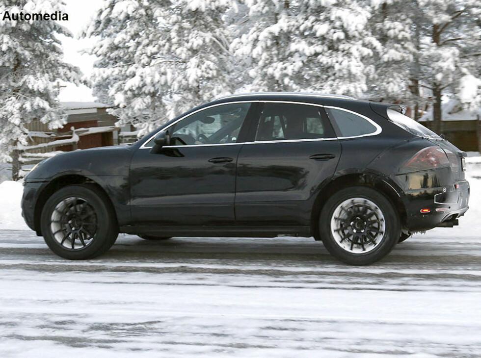"""Automedias bilder viser med all tydelighet at Porsche Macan, Cayennes lillebror, nærmer seg produksjonsklar stand. Her har spionfotografene overrasket den under vintertesting """"et sted i Skandinavia"""". Foto: Automedia"""