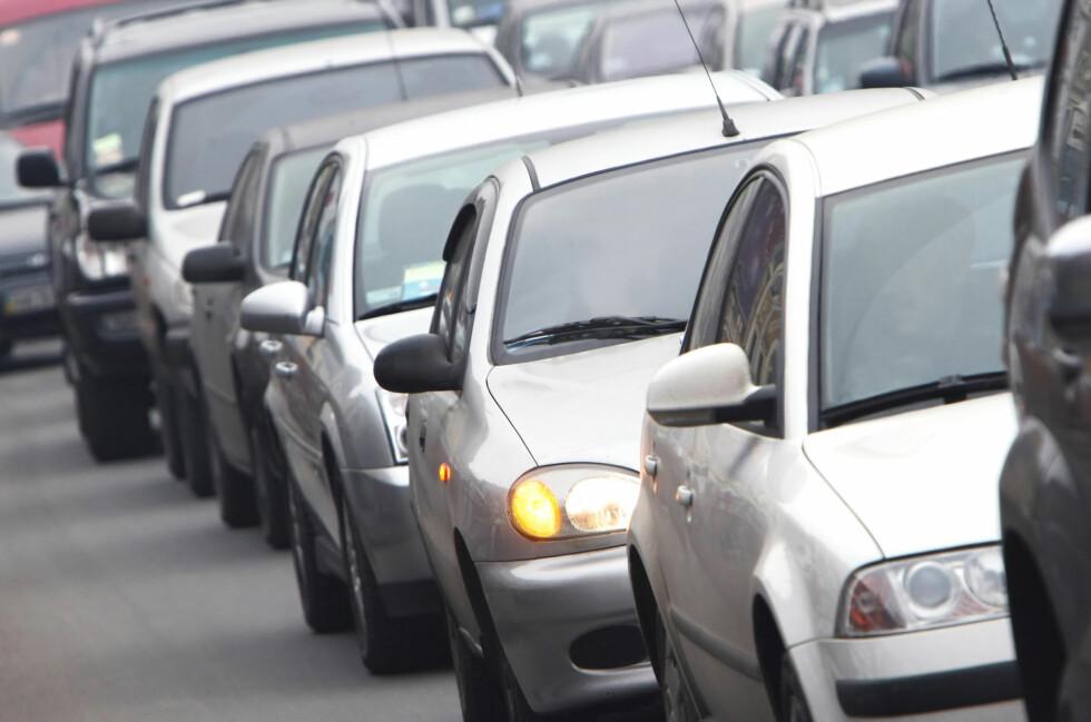 Å pendle med bil er langt dyrere enn å pendle kollektiv. Samtidig avhenger det av at kollektivtilbudet i ditt område er et godt alternativ.  Foto: Colourbox