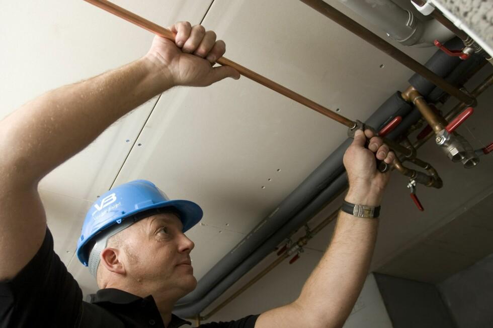 Får du en rørlegger til se på rørene i boligen din, kan du unngå kostbare vannskader fra gamle rør. Foto: Varme & Bad