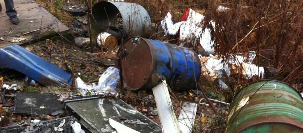 Ni av ti verksteder og bilpleiefirmaer bryter miljøregelverket. Dette er eksempel på avfallsdeponering ved en av de kontrollerte virksomhetene.  Foto: Fylkesmannen i Østfold/Klif
