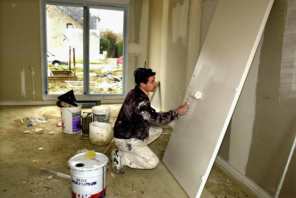 Synes du det er utrolig kjedelig å male? Da kan du leie noen til å gjøre jobben for deg, uten at det koster en krone ekstra i moms eller skatt. Men husk at hver PRIVATE arbeidstaker bare kan motta 4.000 kroner for oppdrag utført hjemme hos deg. Foto: COLORBOX