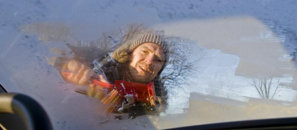 Kan du kaste isskrapen og spraye deg isfri? En tysk test av de-isere viser at joda, de virker - men de er ingen erstatning for en isskrape. Foto: Colourbox.com
