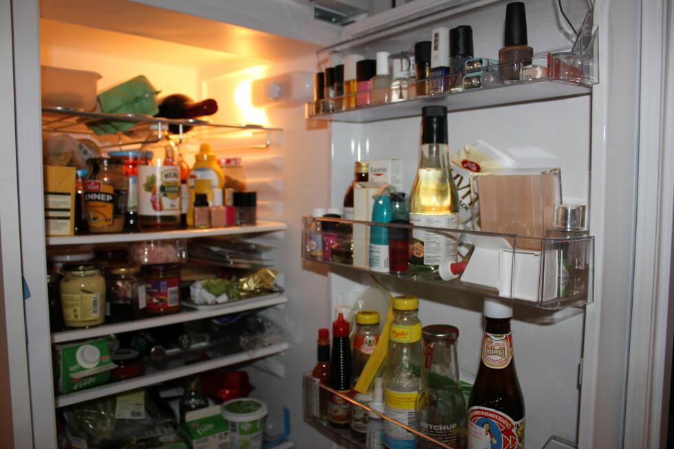 Medisiner, neglelakk, eddik, parfyme og Tabasco. Her må det ryddes! Foto: Elisabeth Dalseg