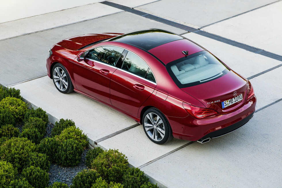 Vi ser ikke bort fra at Mercedes CLA kan komme til å bli nettopp det Mercedes-Benz selv kaller den: Et design-ikon. Den skal ta markedsandeler fra Audi A4/A5 og andre i klassen. Utropsprisen vil ikke sjokkere noen: 313.000 kroner. Foto: Daimler