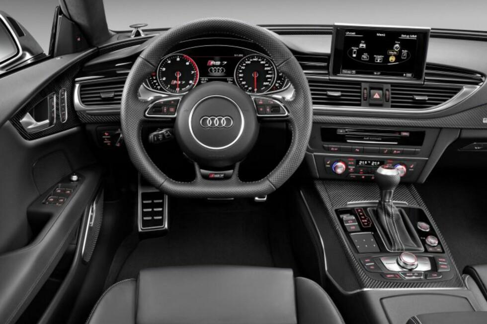 """Nøktern luksus ispedd en liten dash sportslighet: Førermiljøet i Audi RS7. 560 hestekrefter, 0-100 på 3,9 sekunder. Toppfart (som """"ekstrautstyr""""): 305 km/t. Foto: Audi"""