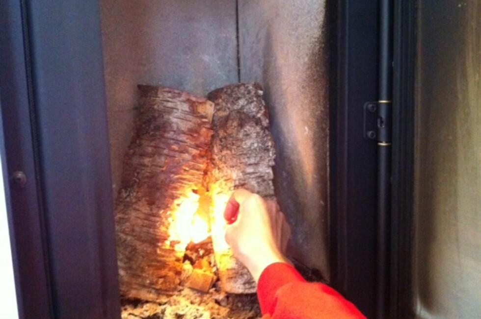 Hvordan du tenner opp i peisen, avgjør hvor mye varme veden avgir - og hvor lenge den brenner.  Foto: Kristin Sørdal