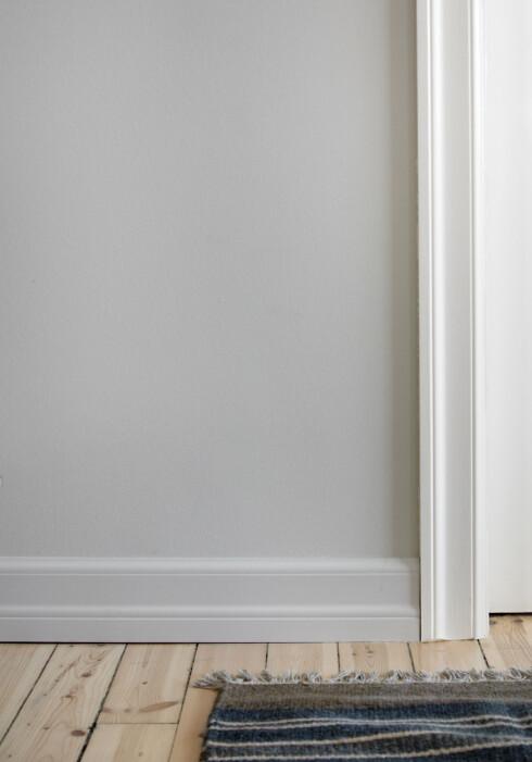 Du må ikke ha samme farge på gulv, og dørlister. Trekker du veggfargen ned på listen, ser veggen større ut, mens en hvit list, gir en fin ramme til døren.  Foto: Frode Larsen/Ifi.no