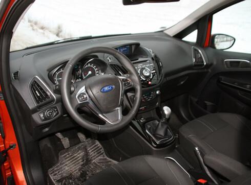 Moderne, men ikke helt optimalt førermiljø i B-Max. Litt mer trangbodd enn i Meriva. Men Ford har et imponerende utstyrsutvalg. Foto: Knut Moberg