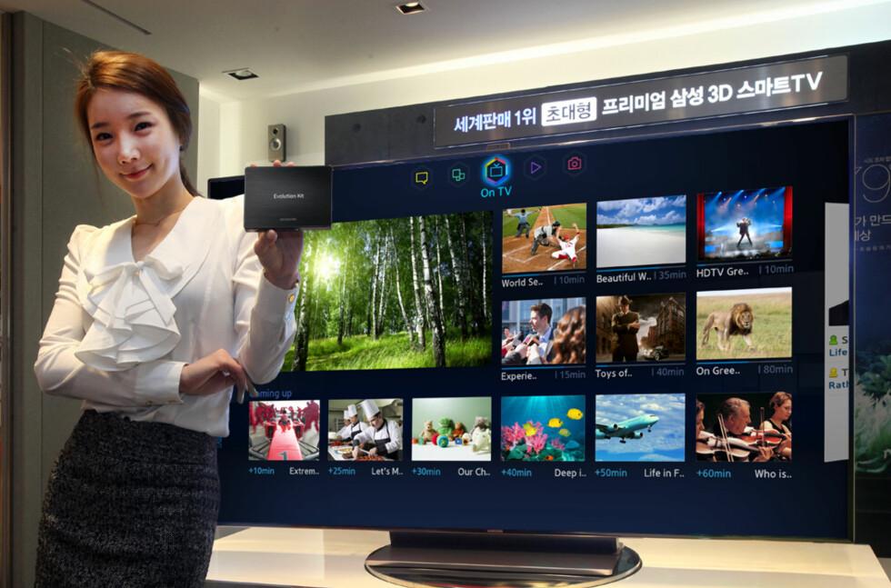 I hånden holder hun oppgraderingskittet. Foto: Produktbilde Samsung