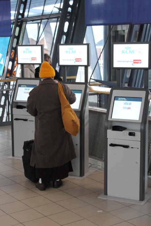 Disse automatene kan etterhvert erstatte innsjekkingstjenestene fra de enkelte flyselskapene. Foto: Avinor