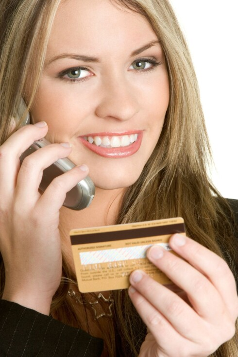 TA EN TELEFON: Kan du ikke ordne det opp med butikken, kan det hende banken kan fikse det.  Foto: Alloverpress