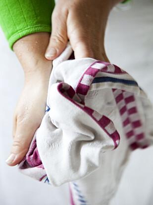BLØTLEGGES: Legg kjøkkenhåndkledet i bløt i et døgn, så forsvinner flekkene lettere. Foto: Colourbox