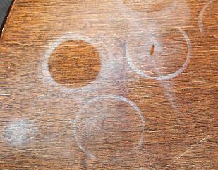 <strong>RINGER:</strong> Hvite eller røde ringer på trebordet er ikke lekkert. Heldgvis er det fort gjort å bli kvitt! Foto: Ifi.no