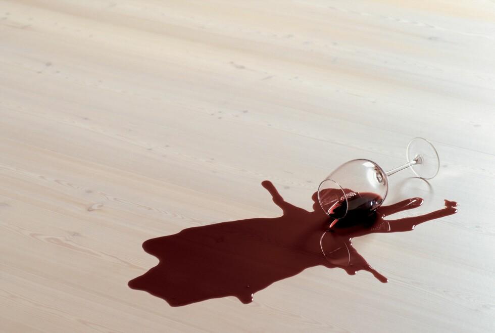 FLEKKFJERNING: Rødvin på lakkert tregulv er ikke noe problem. Men hva om du har et lyst teppe? Her er redningen! Foto: Ifi.no