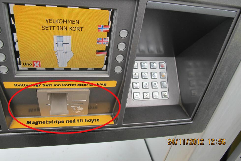 PASS PÅ HER: På denne selvbetjente bensinstasjonen er det montert skimming-utstyr på betalingsterminalen. Selve kortleseren stikker lengre ut enn panelet.  Foto: POLITIET