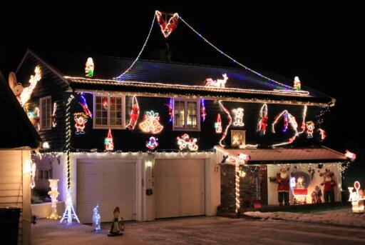 Du kan klage, om naboens blinkende julelysorama holder deg våken om natten. Dette ser du om du kjører langs E18 i Ås, sør for Oslo. Foto: Newswire
